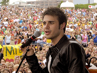 Kris Allen Rocks Arkansas in Frenzied Hometown Reunion