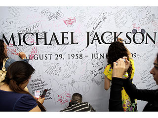 PHOTO: Fans Sign Wall Dedicated to King of Pop