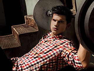 Taylor Lautner 'Six-Packs' It on for New Moon