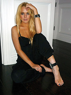 PHOTO: Lindsay Lohan Shows Off Alcohol-Monitoring Bracelet