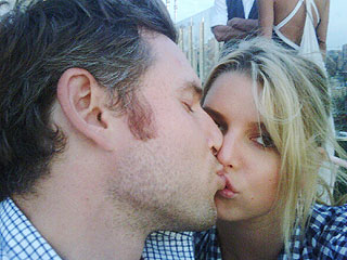 PHOTO: Jessica Simpson and Eric Johnson Pucker Up