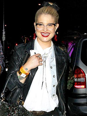 Kelly Osbourne Breaks Left Hand