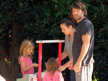 The Garner-Affleck Girls Set Up a Lemonade Stand