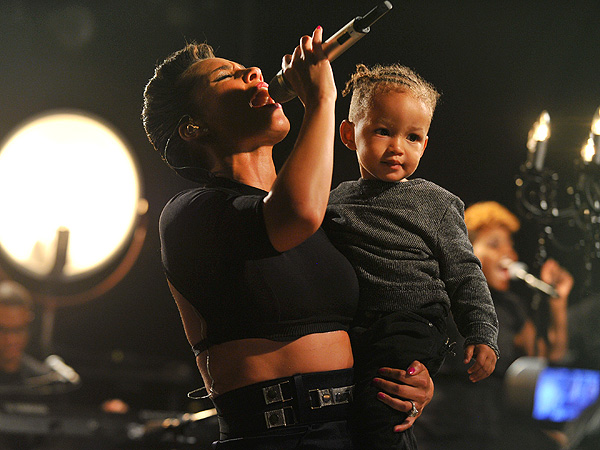Alicia Keys Sings for Sandy Victims