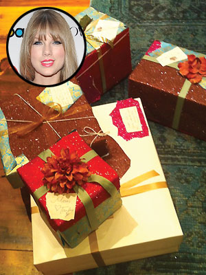 Taylor Swift Pictures: Christmas Gift Wrapping
