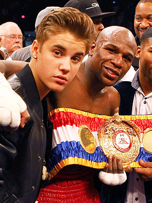 Justin Bieber Escorts Floyd Mayweather to the Ring in Las Vegas