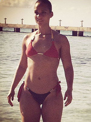 Alicia Keys Flaunts Fit Physique in a Bikini