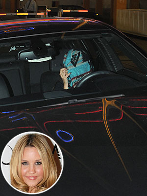 Amanda Bynes Covers Her Face in the Driver's Seat (Photo)