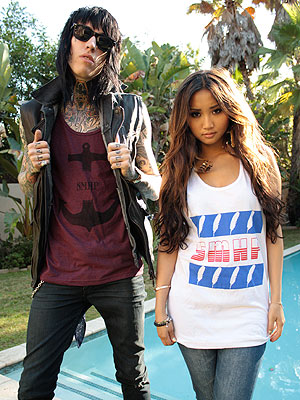 Trace Cyrus, Brenda Song Living Together with Dogs