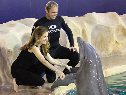 Kelly Preston Meets Dolphin at Georgia Aquarium