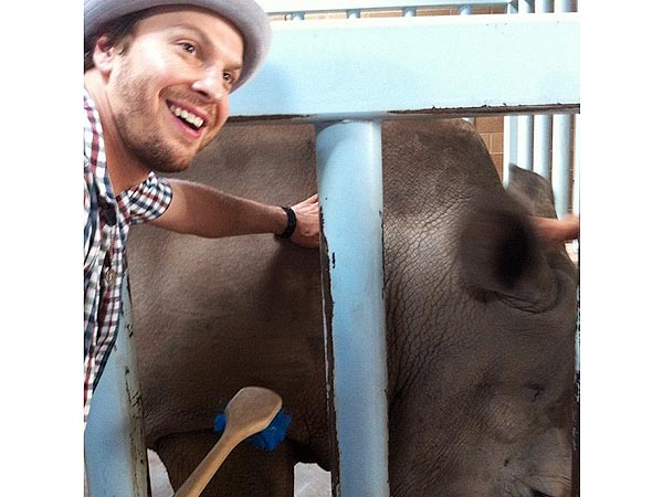 Gavin DeGraw Loofahs a Rhino