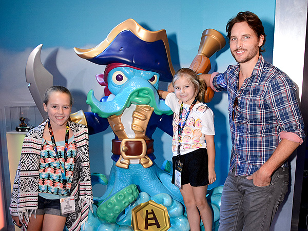 Peter Facinelli Divorced from Jennie Garth, Spotted Out with Daughters