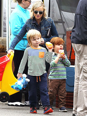 Amy Poehler & Her Sons Visit a Farmers Market