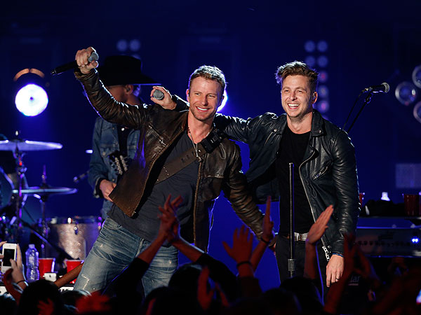 OneRepublic, Dierks Bentley Sing Counting Stars on CMT Crossroads