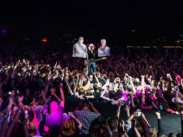 Brad Paisley Concert: Honors Troops in Maine