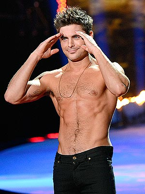 Zac Efron Wins Best Shirtless Performance at MTV Movie Awards