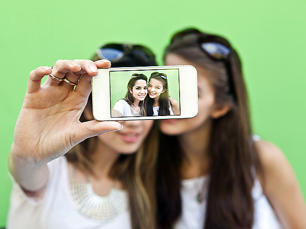 Are Selfies Giving Teens Head Lice? One Expert Says Yes