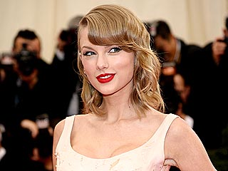Taylor Swift, Karlie Kloss and More Fashion Stars Remember Oscar de la Renta