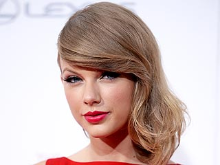 Taylor Swift Anoints New Favorite Mashup of Taylor Swift Songs (VIDEO)