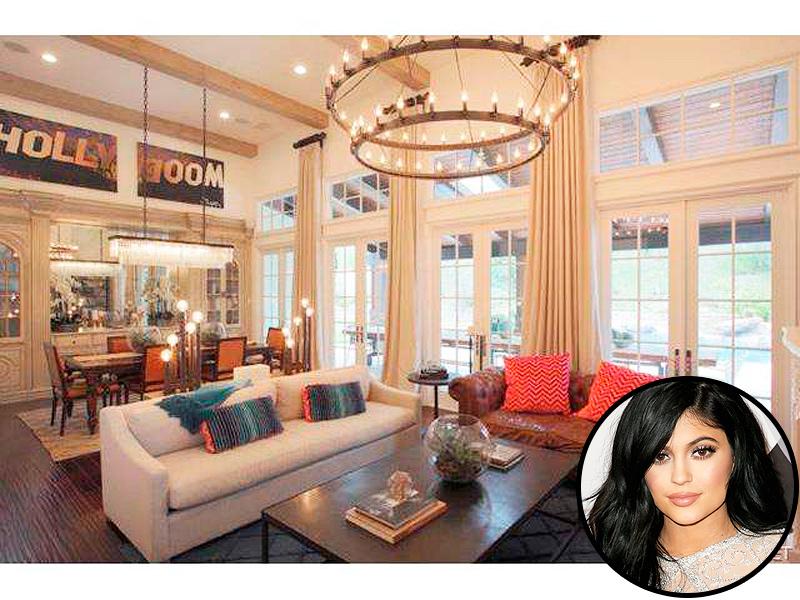 Kylie jenner buys 2 7 million mansion report celeb for Khloe k living room