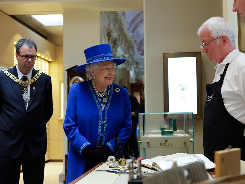 Post-it Note Lover Queen Elizabeth Given the Perfect Gift for Her Office Desk