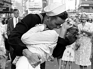 Nurse Kissed by Sailor in Iconic Times Square V-J Day ...