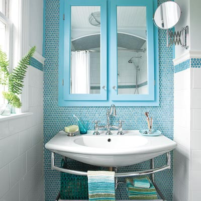 bungalow bathroom with blue walls