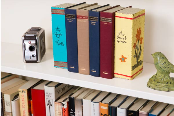 books painted to look like books used as bookends on bookshelf, 10 uses for bricks