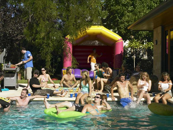 Relive your childhood party 5 fantastic backyard party for Garden pool party
