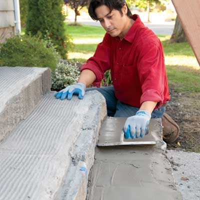 lay the mortar bed to clad concrete steps in stone